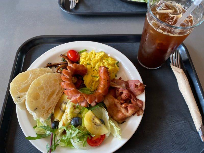 diabetes breakfast scrambled eggs sausage kiwi blueberries bacon